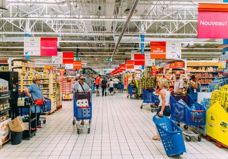 Juan les Pins, 27 août 2017 : Shoppers dans un supermarché Carrefour à Antibes, France Éditoriale