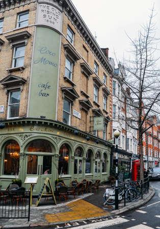 メリルボーンハイストリートの街角にあるココモモカフェバー、W1、ロンドン、英国 報道画像
