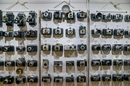 Appareils photo vintage alignés sur le mur par ordre chronologique à partir des années 1920 aux années 1960 montrant l'évolution technologique Éditoriale
