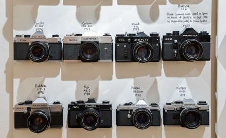 Appareils photo vintage alignés sur le mur dans l'ordre chronologique à la fin des années 1970 montrant l'évolution technologique