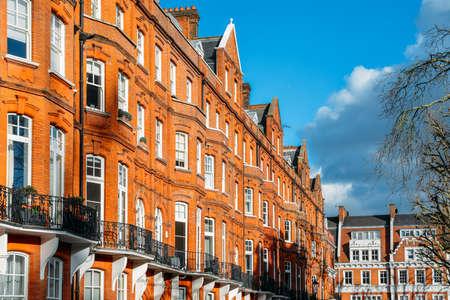 Drogie edwardiańskie bloki mieszkalne z czerwonej cegły, zwykle znajdujące się w Kensington w zachodnim Londynie w Wielkiej Brytanii