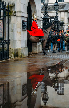 Horse Guard outside the Household Cavalry Division in Whitehall surrounded by tourists on a cold day Redactioneel