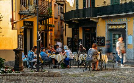 Toeristen zitten in een café Redactioneel