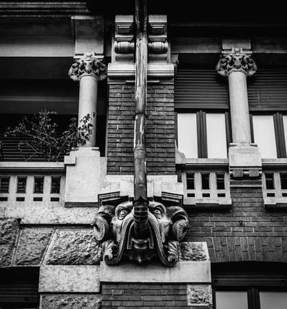 Facade of building in Porta Venezia neighbourhood. Ornamental animal statue hanging from the wall. Architecture is early 1900s nature inspired Liberty, art-noveau style Archivio Fotografico - 111153672