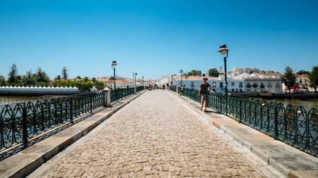 Ancient Roman historical bridge in Tavira, Algarve. Portugal 新聞圖片