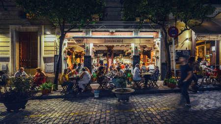 Concurrido bar y restaurante en la calle Mateos Gago que sirve tapas de estilo español a los lugareños y turistas hasta altas horas de la noche en el centro histórico de Sevilla.