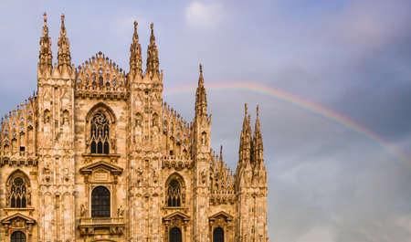 Gevel van Milaan, de Duomo-kathedraal van Italië met een mooie regenboog op de achtergrond