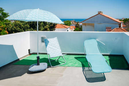 Sun beds and umbrellas on terrace in a luxury summer resort with Atlantic sea view in Cascais, Portugal Stockfoto