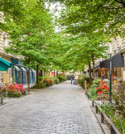 A quiet street with restaurants in the bohemian Marais district of Paris Banco de Imagens