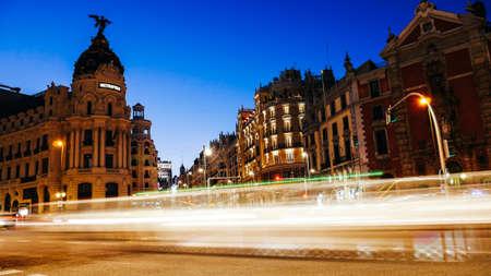 Madrid, Spagna strisce luminose a lunga esposizione da veicoli in movimento in Calle de Alcala e Gran Via Archivio Fotografico