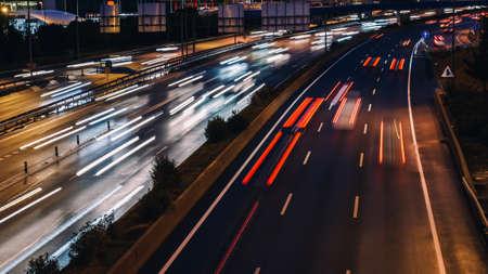Velocidad de desenfoque de movimiento de tráfico matutino en autopista genérica