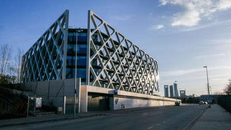 Modern Oxxeo building facade in Las Tablas, Madrid, Spain 에디토리얼