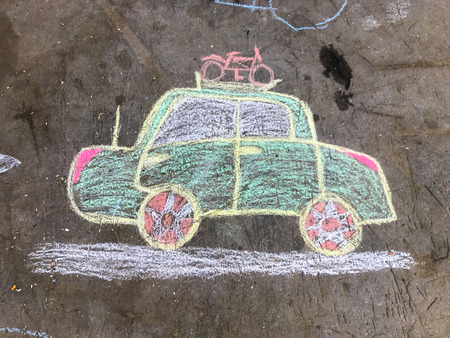 Chalk drawing of an automobile going on vacation Standard-Bild