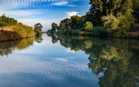 View to beautiful green nature and Jordan river in Israel. Banque d'images