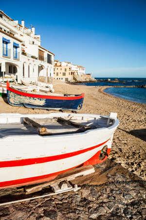 costa brava: Petit village typique de la Costa Brava. Calella de Palafrugell, Girona. Banque d'images
