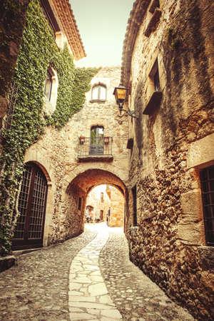 costa brava: Il s'agit d'une des plus grandes rues de Pals, un petit village m�diterran�en gothique, pr�s de la mer dans le coeur de la Costa Brava.