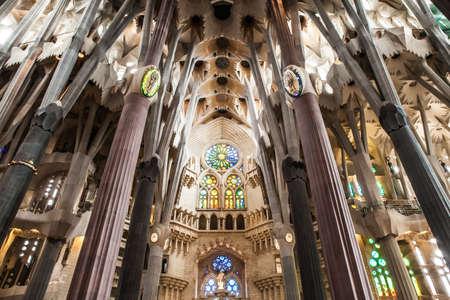 """heilige familie: Innenansicht dieser Architektur Meisterwerk """"La Sagrada Familia"""", das bedeutet """"Die Heilige Familie"""" von Antoni Gaudi."""