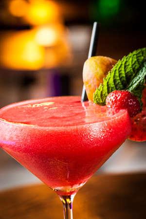 alimentos congelados: Grandes daiquiri de fresa en un club nocturno Foto de archivo