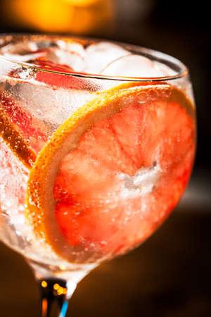 Fría Gin Tonic listo para beber.
