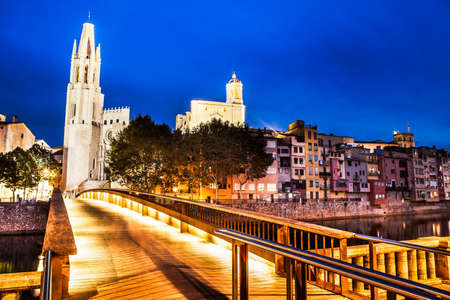 View of the historical Pont de Pedra of Girona at night.