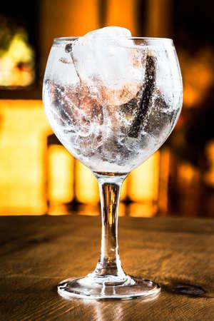 Gran Gin Tonic en un bar por la noche.