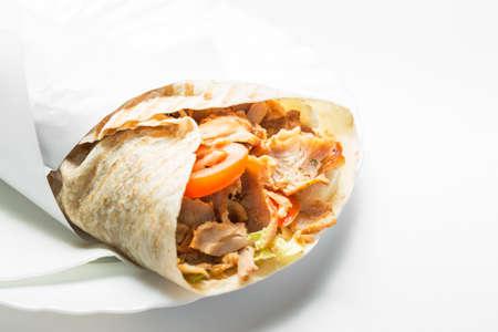 pinchos morunos: Doner kebab sobre fondo blanco.