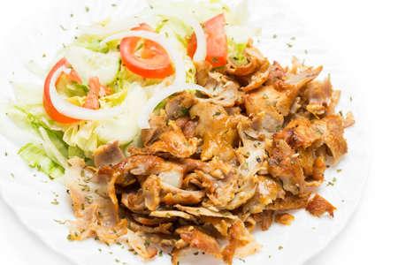 Schotel van kebab vlees klaar om te eten.