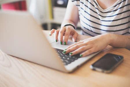 Meisje met behulp van haar laptop in haar huis. Stockfoto