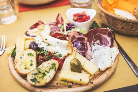 jamon y queso: Antipasto italiano t�pico con jam�n, queso, aceitunas
