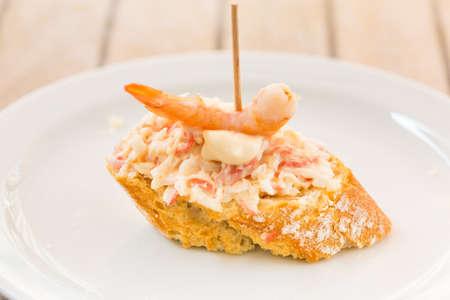 mayonesa: Tapas españolas: gambas, mayonesa y atún.