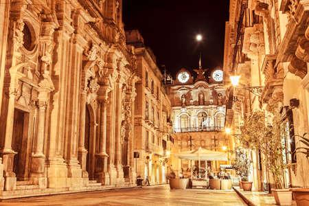 Trapani strada principale di notte, la Sicilia. Archivio Fotografico - 44192629