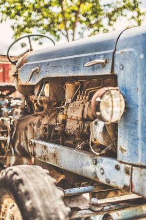 Arrugginito e vecchio trattore terreni agricoli. edizione a colori d'epoca. Archivio Fotografico - 44624219