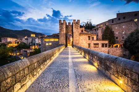 medieval: paisaje nocturno de la entrada del pueblo medieval de Besalú, Costa Brava. España.