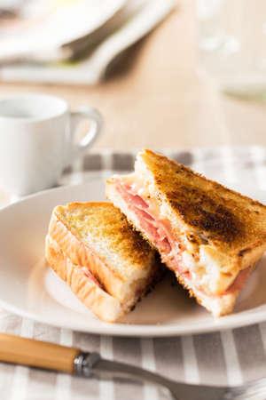 bocadillo: Desayuno s�ndwich tostado con queso y jam�n de cerdo. Foto de archivo