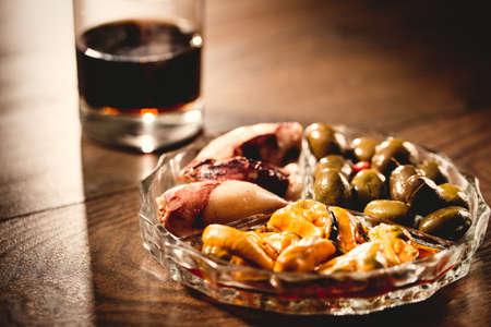 tapas españolas: aperitivo español tradicional vermut con la bebida, alimentos enlatados fichas ANC. Foto de archivo