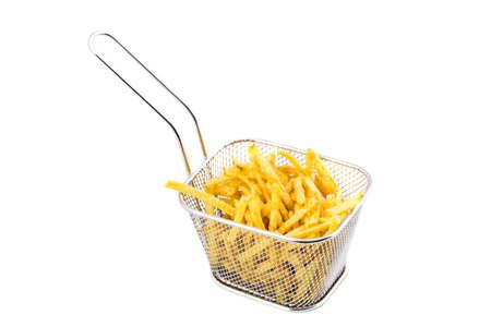 Metallkorb von Pommes frites auf weißem Hintergrund.