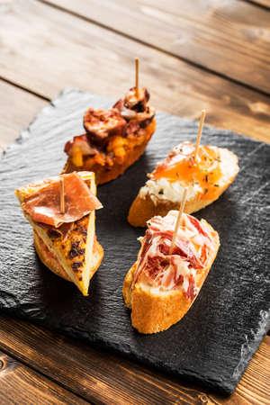tapas españolas: deliciosas tapas españolas sirvieron en una mesa de madera.