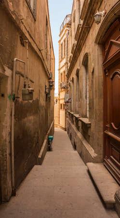 Empty narrow street Banque d'images