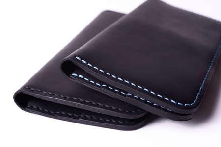 Zwei handgemachte lederne schwarze Geldbörse lokalisiert auf weißem Hintergrund. Stock Foto von Luxus-Accessoires.