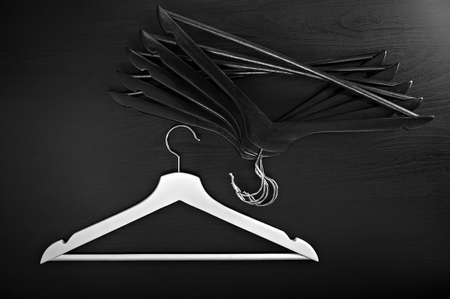 Witte hanger en een paar zwarte hangers, achtergrond, abstract