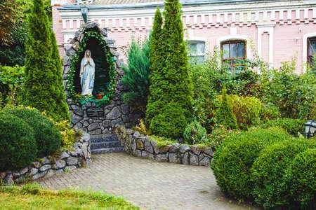 madre soltera: Estatua de la Virgen Mar�a en el parque en Berdychev