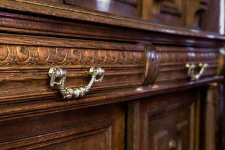 marqueteria: antigua c�moda de madera con muebles de �poca Foto de archivo
