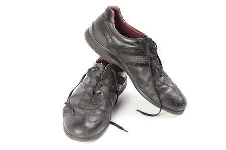 humilde: zapatos gastados de los hombres negros aislados aislados en fondo blanco Foto de archivo