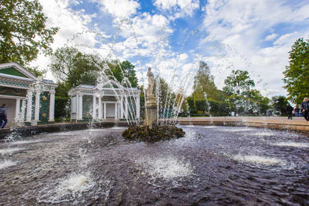 palacio ruso: fountains of Peterhof, Grand Cascade, September 14, 2016, St. Petersburg, Russia