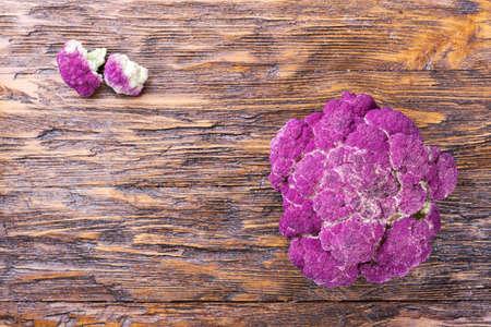 coliflor: Purple cauliflower on a wooden board, diet, autumn harvest