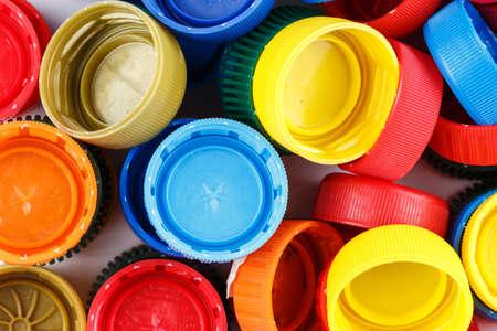 wiele rozsypanych plastikowych osłon w różnych kolorach