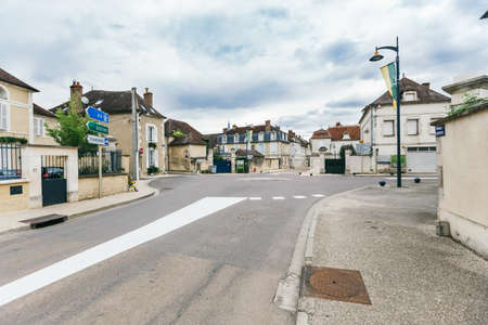 deserted street of the ancient French city of Chablis, July 23, 2017 版權商用圖片 - 101712616