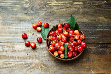 Red sweet sweet cherries in a plate on a wooden background. view from above. space for text 版權商用圖片