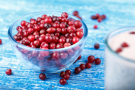 a drink of cottage cheese or yogurt with fresh cranberries on the table. vitamin smoothies. Banque d'images