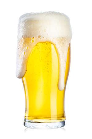 un vaso alto de cerveza y espuma fuerte. Aislado sobre fondo blanco. Foto de archivo